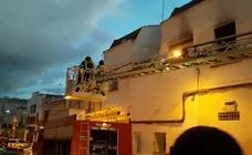Los bomberos rescatan a dos personas de una vivienda en llamas en Mérida