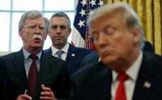 John Bolton pone en aprietos a Trump