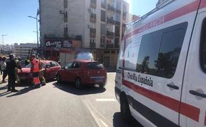 Herido leve un joven de 24 años en un choque entre dos coches en Badajoz