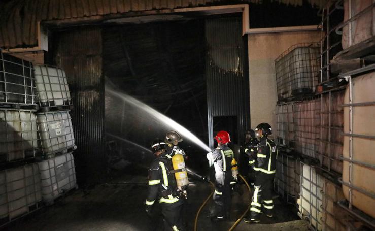 Un incendio destruye una nave de Rograsa en Mérida
