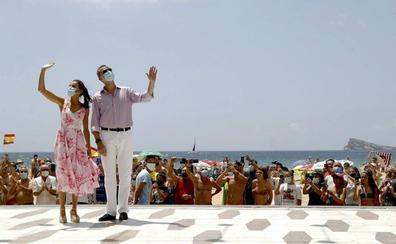 Vítores y helado de turrón para los Reyes en la playa de Benidorm