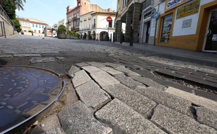 El mal estado de adoquines, calzadas y aceras se extiende a toda la ciudad