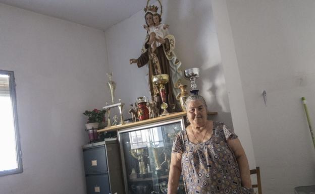 Carmen Alor, junto con la Virgen del Carmen a la que le tenía una gran devoción. /HOY