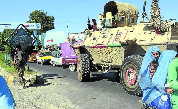 Nagpapatrolya ang mga pwersang panseguridad ng Afghanistan matapos ang matinding pakikipaglaban sa Taliban upang muling makontrol ang mga bahagi ng lungsod ng Herat.  / NS.  REZAYEE / EFE