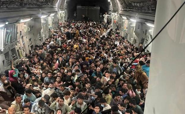 Larawan ng kawalan ng pag-asa: Ang eroplano ng US ay nagligtas ng 640 Afghans