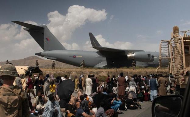 Mga paglilikas sa paliparan sa Kabul.  / Ama