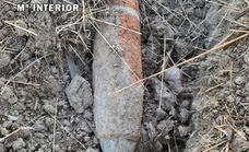 Desactivan un proyectil de artillería de la Guerra Civil hallado en una finca de Castuera