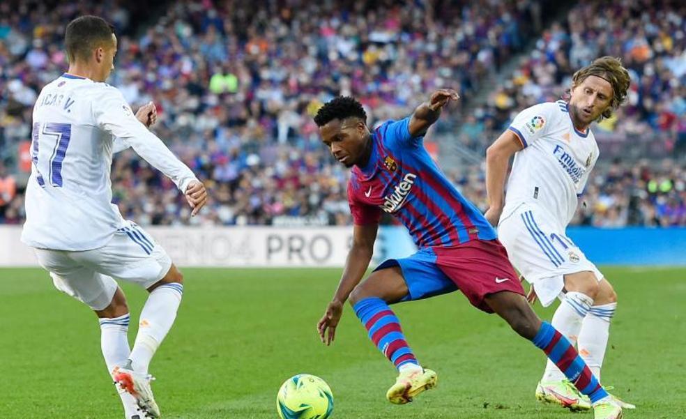 Ansu Fati, en un lance del clásico junto a Modric y Lucas Vázquez.