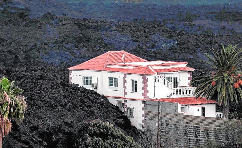 La casa de los hermanos Santaella permanece con la lava pegada a sus paredes.