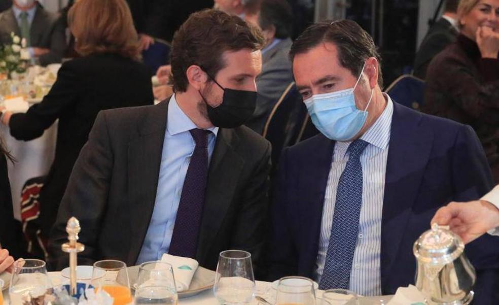 El líder del PP, Pablo Casado, junto al presidente de la CEOE, Antonio Garamentdi.
