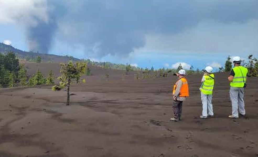 Científicos del IGME-CSIC en las inmediaciones del nuevo volcán de La Palma.