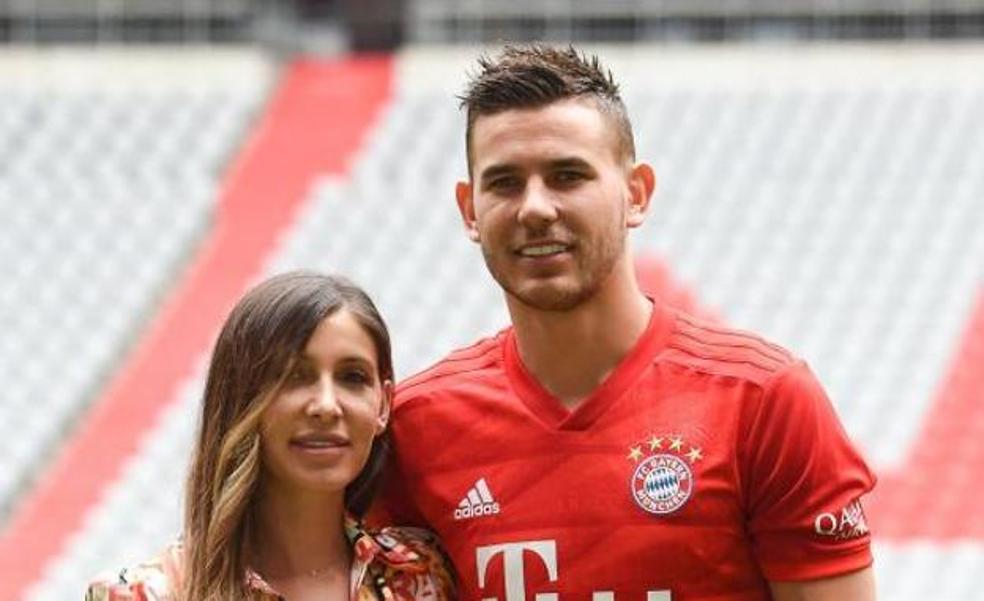 Lucas Hernández junto a su mujer.
