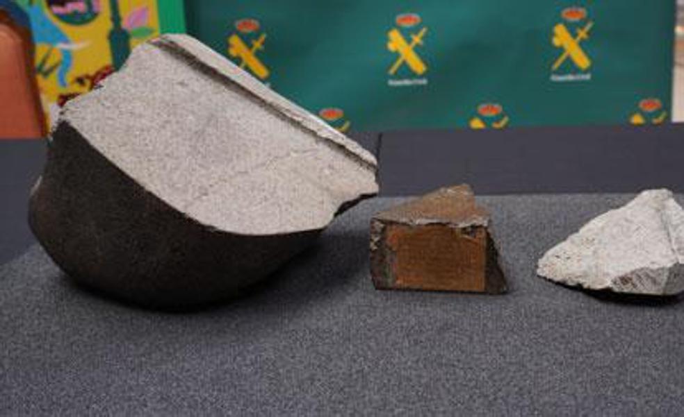 Los tres fragmentos del meteorito. El del centro es la pieza recuperada por el Seprona.