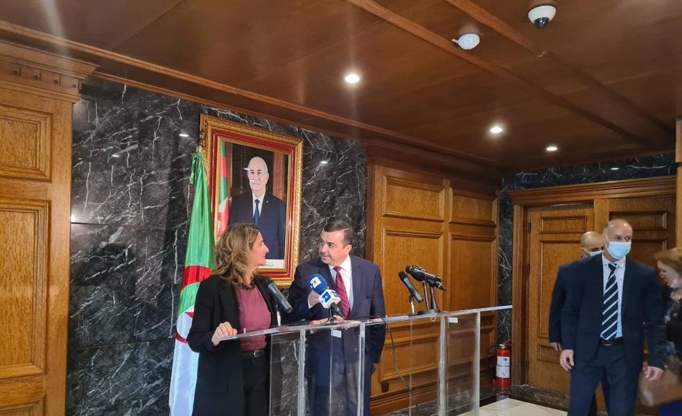 La vicepresidenta Ribera y su homólogo argelino, Mohamed Arkab, en Argel.