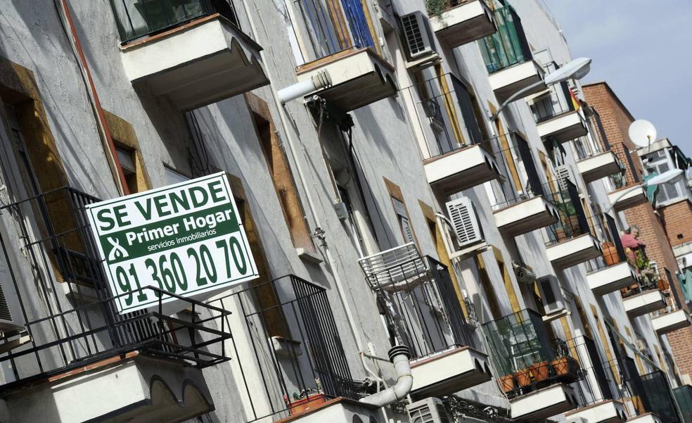 Cartel de se vende en una vivienda de un barrio de Madrid.