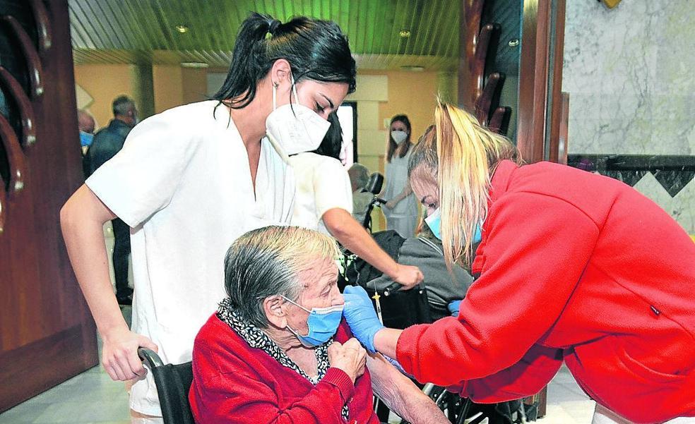 Vacunación de una residente en Miranda.