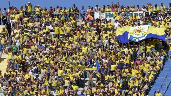 Multa de 180.000 euros a Las Palmas por exceso de aforo e invasión masiva