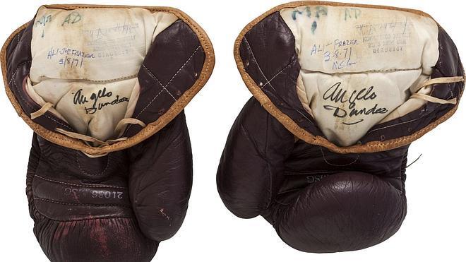 Subastan por casi 300.000 euros los guantes de Mohamed Alí en el 'combate del siglo'