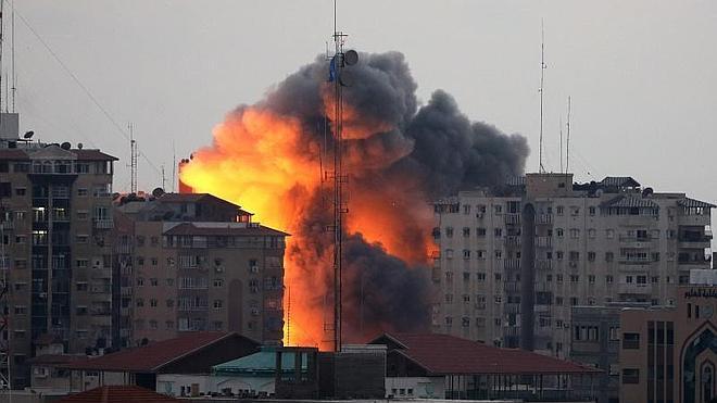 Los bombardeos derriban uno de los principales edificios de Gaza