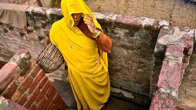 Los indios de baja casta siguen limpiando las letrinas con la mano