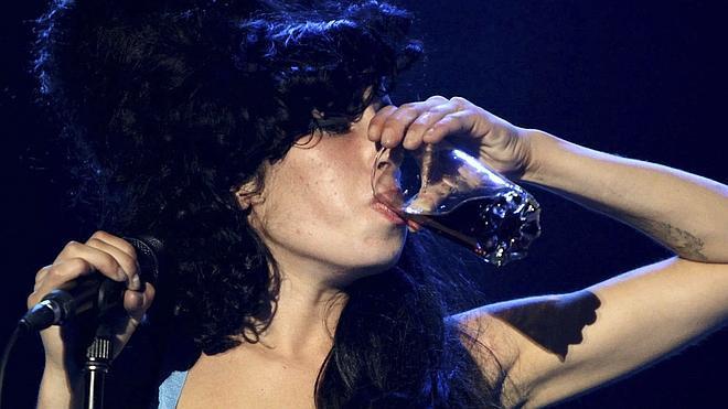 La madre de Amy Winehouse la encontró ebria un día antes de su muerte