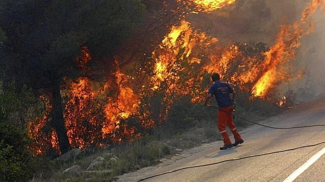 Un incendio obliga a desalojar a 1.400 personas en Alicante