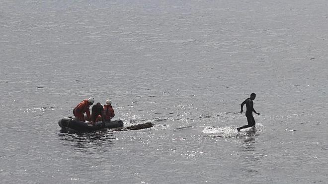 Rescatan al inmigrante que se había subido a una piedra en el mar en Tarifa