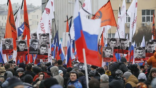 Miles de personas honran en Moscú la memoria del asesinado Nemtsov