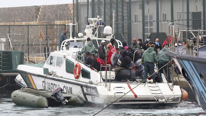 Llegan al puerto de Almería los 68 inmigrantes rescatados, entre ellos 10 mujeres y cinco niños