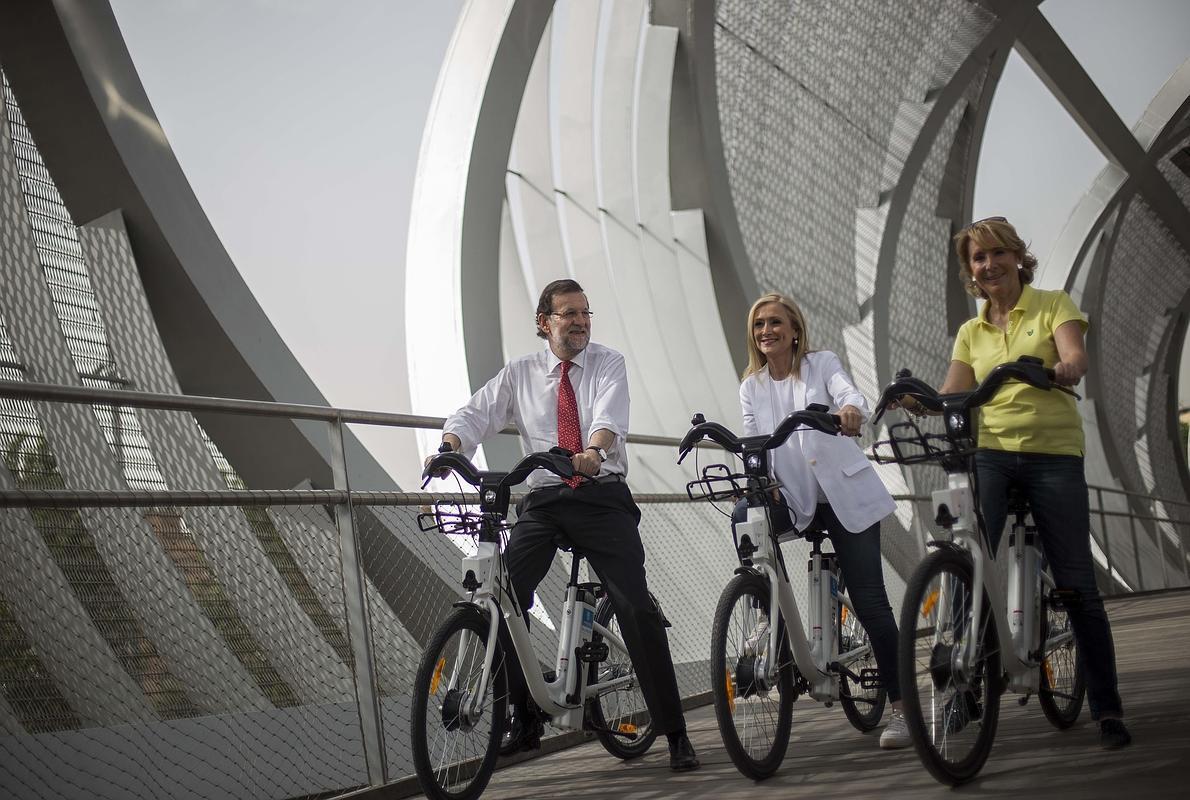 Rajoy hace campaña en bici