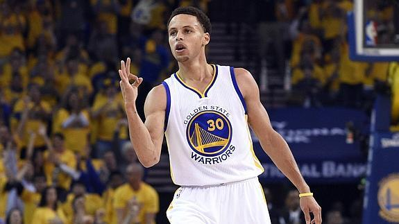Stephen Curry celebra tras anotar un triple. /