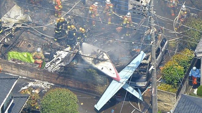 Tres muertos y cinco heridos tras estrellarse una avioneta contra una vivienda en Tokio