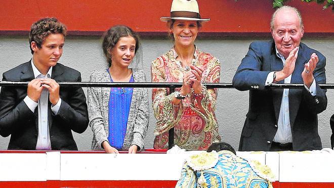 El rey Juan Carlos asiste al regreso de los toros en San Sebastián