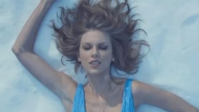 Taylor Swift arrasa con el videoclip de 'Out of the woods'