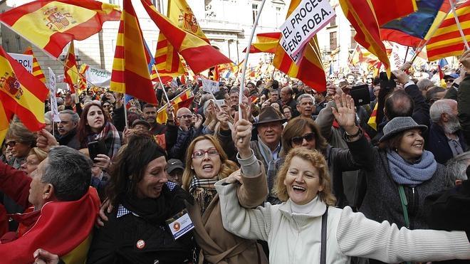 Miles de personas se concentran en Barcelona contra la independencia