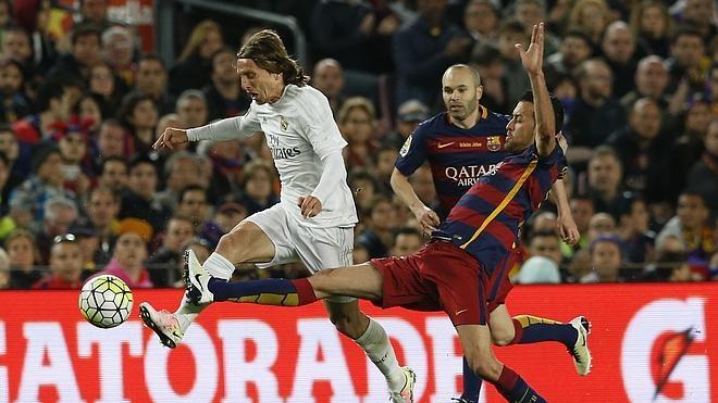 Modric y Busquets honran con su fútbol a Cruyff