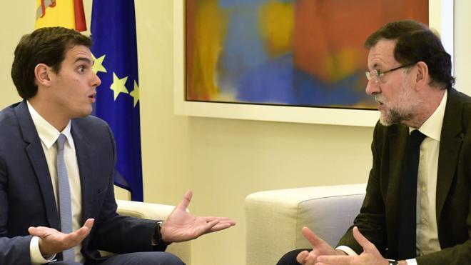 Rajoy y Sánchez rechazan la negociación a tres propuesta por Rivera