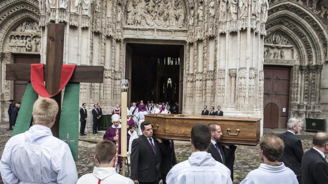 Los dos pueblos del asesino del sacerdote francés rechazan enterrarle