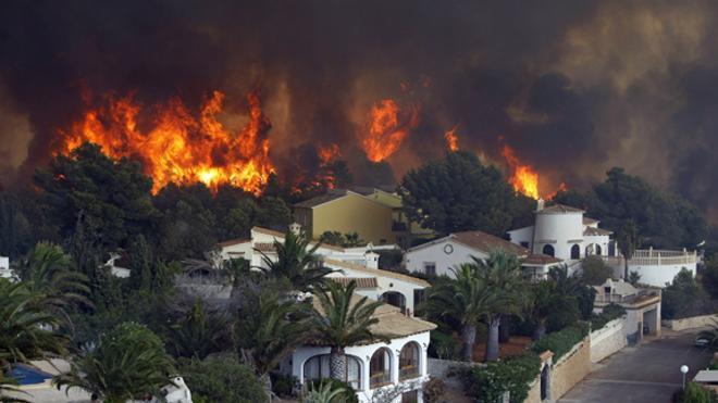 Un incendio quema casas en Jávea y causa desalojos en Benitatxell