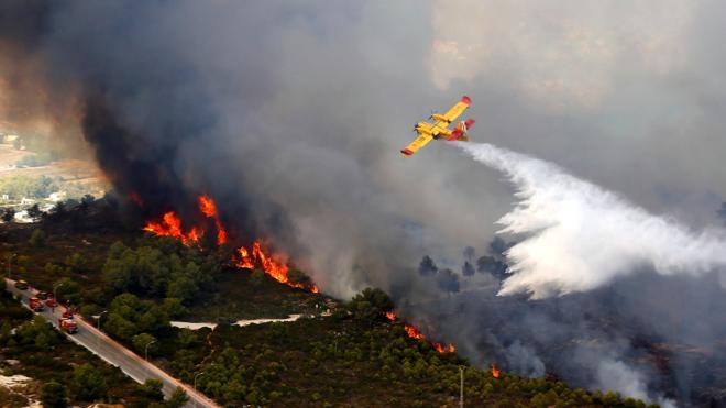 La Guardia Civil busca dos coches que huyeron del incendio de Jávea
