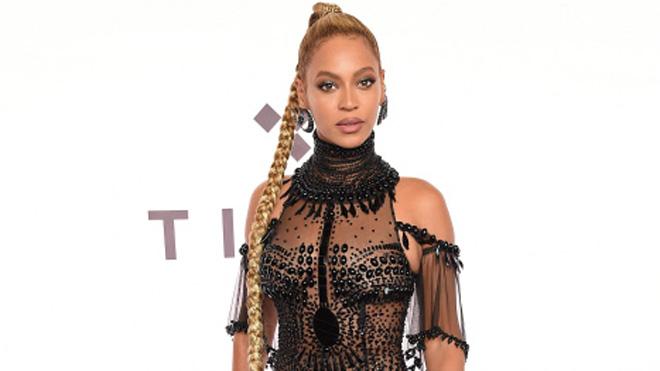 Beyoncé reta con su vestido a Carolina Herrera