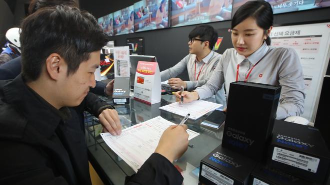 Samsung recambia el Note 7 en el aeropuerto de Seúl tras la prohibición de volar con ellos