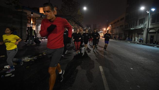 Los indigentes de Los Ángeles se transforman en 'los corredores de medianoche'