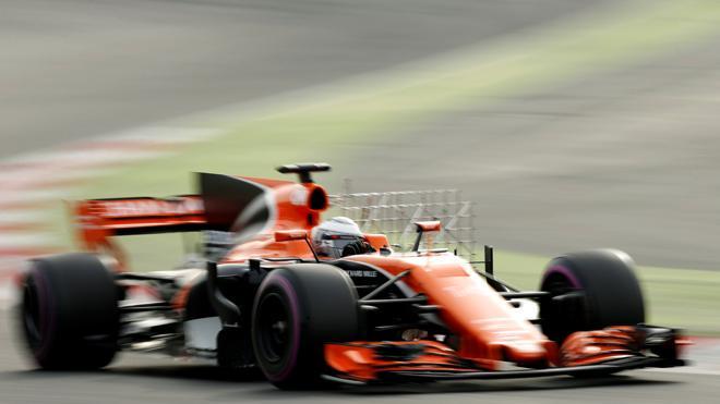 Alonso, por fin, rueda sin averías