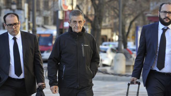 Las forenses descartan las manchas en el padre Román que describió el denunciante