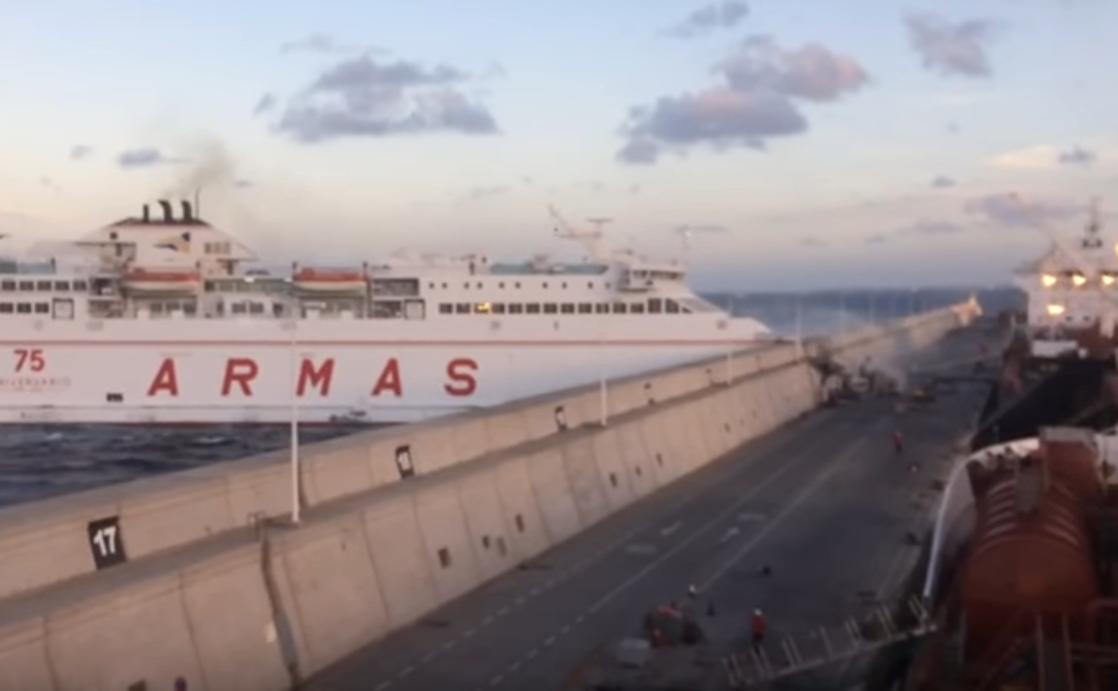 El vertido de gasóleo tras el choque de un ferry en Gran Canaria se evaporará en unas quince horas