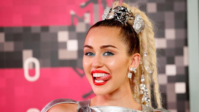 Miley Cyrus presenta nueva canción y nuevo look con 'Malibu'