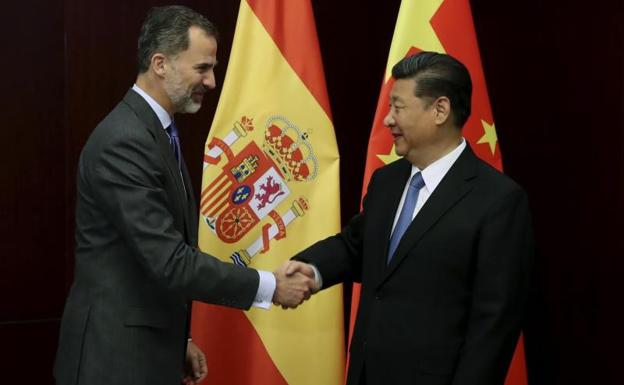 Felipe VI saluda al presidente de la Republica Popular China, Xi Jinping. /