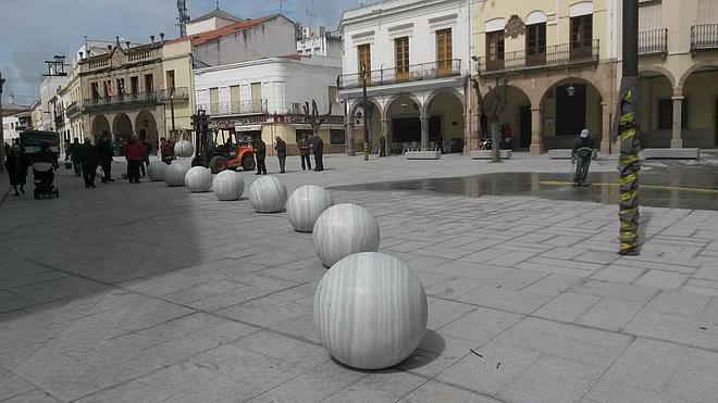 Polémica por la puesta en marcha de la iluminación y de las fuentes de plaza de España