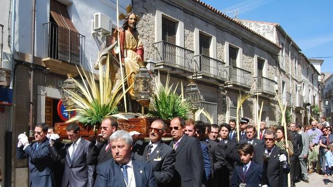 Cientos de devotos arropan a 'La Burrina' bajo un intenso sol